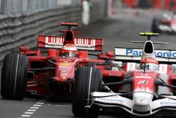 Kimi Raikkonen, Scuderia Ferrari después de un accidente con Adrian Sutil, Force India F1 Team