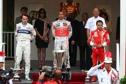 Le deuxième, Robert Kubica, BMW Sauber F1 Team avec le vainqueur Lewis Hamilton, McLaren Mercedes et le troisième, Felipe Massa, Scuderia Ferrari