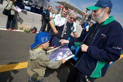 Анри Пескароло раздает автографы