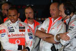 Льюис Хэмилтон, McLaren Mercedes, и руководитель команды McLaren Рон Деннис
