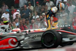 Fernando Alonso, Renault F1 Team, se detiene en pista