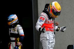 Ganador de la pole position Lewis Hamilton, McLaren Mercedes y Fernando Alonso, Renault F1 Team