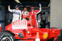 Ganador de la pole position Lewis Hamilton con Robert Kubica y Kimi Raikkonen