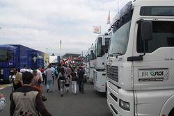 Ambiente en el paddock del Circuito de Catalunya