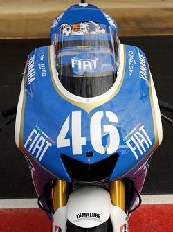 Valentino Rossi con la decoración de la Azurri