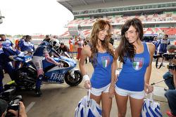 Las encantadoras chicas Yamaha ven como Valentino Rossi se prepara para la práctica