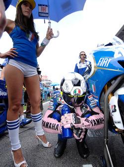 Valentino Rossi y una bella chica de la parrilla