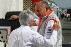 Исполнительный директор McLaren Рон Деннис и Берни Экклстоун