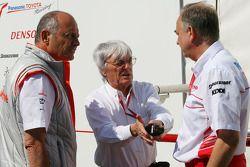 Исполнительный директор McLaren Рон Деннис, Берни Экклстоун и Джон Хоуэтт, Toyota Racing