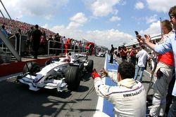 Ganaor de la carrera Robert Kubica celebra