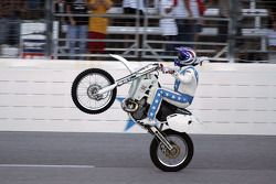 Robbie Knievel entertains the crowd before his Hummer jump
