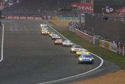 Start: #77 Team Felbermayr-Proton Porsche 911 GT3 RSR: Alex Davison, Wolf Henzler, Horst Felbermayr Jr.