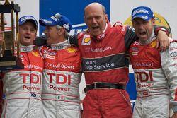 LM P1 Podio: ganadores Tom Kristensen, Rinaldo Capello, Allan McNish con Dr. Wolfgang Ullrich