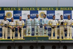 LM GT1 podio: ganadores David Brabham, Darren Turner, Antonio Garcia, segundos Johnny O'Connell, Jan