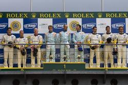 LM GT1 podio: ganadores David Brabham, Darren Turner, Antonio Garcia, segundos Johnny O'Connell, Jan