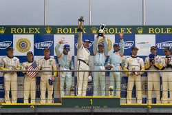 LM GT1 podio: ganadores David Brabham, Darren Turner, Antonio Garcia, segundos Johnny O'Connell, Jan Magnussen, Ron Fellows, terceros Oliver Gavin, Olivier Beretta, Max Papis