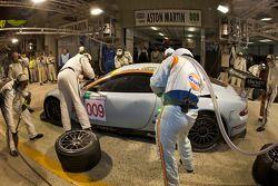 Pit stop del #009 Aston Martin Racing Aston Martin DBR9: David Brabham, Darren Turner, Antonio Garci