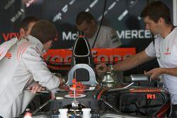 Membres de l'équipe McLaren Mercedes au travail