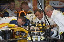 Представители гоночной команды Renault F1 Team