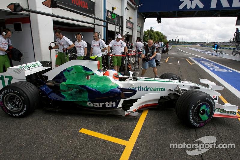 А вот Рубенс Баррикелло ничем похвастаться не мог: мало того, что у Honda в том году была самая ужасная раскраска в истории Ф1, так еще и машина никуда не годилась. До волшебства Brawn GP оставался еще почти год
