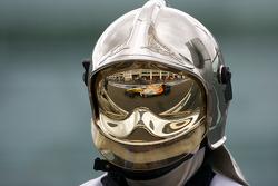 Автомобиль Нельсона Пике-мл. в отражении на шлеме механика