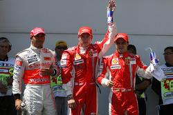 Segundo puesto Lewis Hamilton, McLaren Mercedes, Ganador de la pole Kimi Raikkonen, Scuderia Ferrari