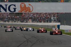 Arrancada: Kimi Raikkonen, Scuderia Ferrari, y Felipe Massa, Scuderia Ferrari