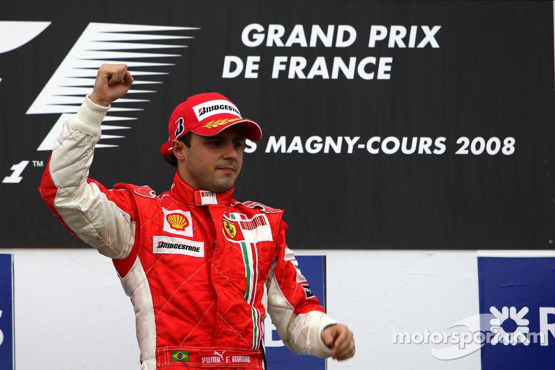 Podyum: Yarış galibi Felipe Massa kutlama yapıyor