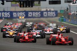 Départ : Kimi Raikkonen, Scuderia Ferrari, devant Felipe Massa, Scuderia Ferrari