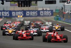 Start: Kimi Raikkonen, Scuderia Ferrari, leads Felipe Massa, Scuderia Ferrari