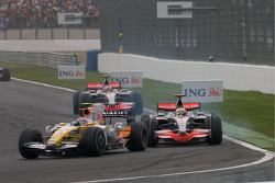 Lewis Hamilton, McLaren Mercedes, battles with Nelson A. Piquet, Renault F1 Team