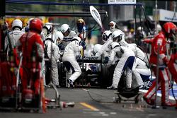 Nick Heidfeld, BMW Sauber F1 Team, pitstop