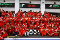 Ganador de la carrera Felipe Massa celebra con Kimi Raikkonen y Scuderia Ferrari team