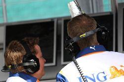 Renault F1 takım elemanı ve cup, his head....