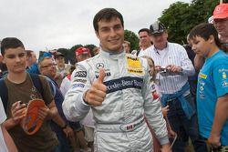 Bruno Spengler célèbre sa pole position avec ses fans