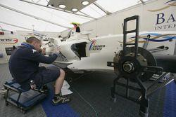 Механик команды Barwa International Campos готовит машину Виталия Петрова