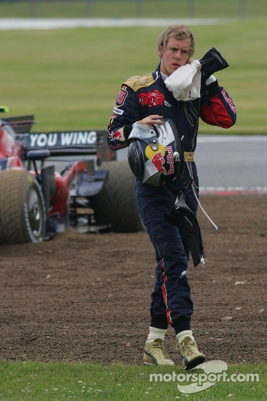 David Coulthard, Red Bull Racing, RB4 y Sebastian Vettel, Scuderia Toro Rosso, STR03 chocan