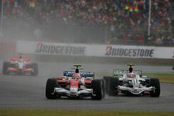 Timo Glock, Toyota F1 Team, TF108 leidt Rubens Barrichello, Honda Racing F1 Team