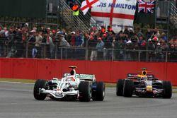 Rubens Barrichello, Honda Racing F1 Team leidt Mark Webber, Red Bull Racing