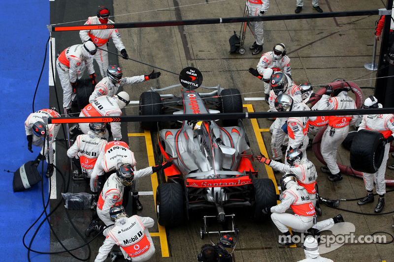 Lewis Hamilton, McLaren Mercedes durante la parada en boxes