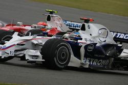 Timo Glock, Toyota F1 Team, TF108 ve Nick Heidfeld, BMW Sauber F1 Team, F3.08