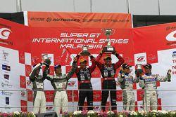 GT300 podium: winners Tetsuya Yamano and Kouta Sasaki, second place Kazuki Hoshino and Hironobu Yasu