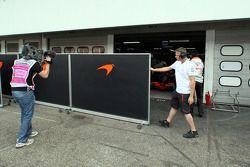 Защитный экран перед входом в гараж Льюиса Хэмилтона, McLaren Mercedes