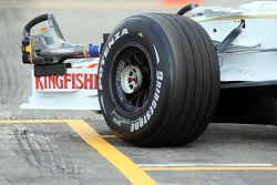 Переднее колесо машины Адриана Сутиля, Force India F1 Team