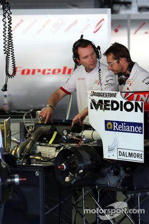 Замена двигателя на машине Адриана Сутиля, Force India F1 Team
