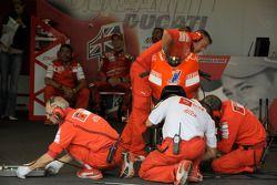Miembros del equipo Ducati Marlboro en el trabajo