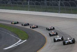 Will Power mène un groupe de voitures