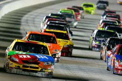 Kyle Busch devant un groupe de voitures