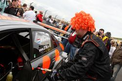 The crew of Christijan Albers, TME, Audi A4 DTM wearing orange wigs on the starting grid