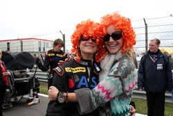 Teammember of TME, Audi A4 DTM offers the wife of Christijan Albers, TME, Audi A4 DTM, Liselore orange wig to celebrate